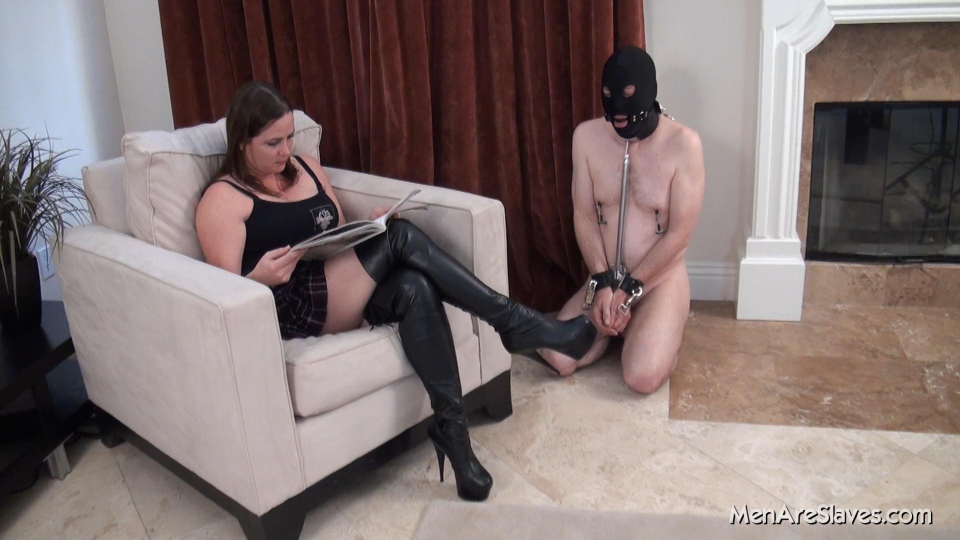 Туалетный раб для русской госпожи, Русского туалетного раба госпожа опускает головой 6 фотография
