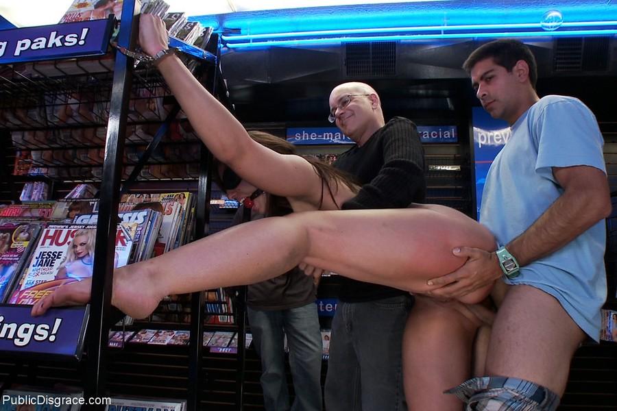 zadrav-yubku-erotika